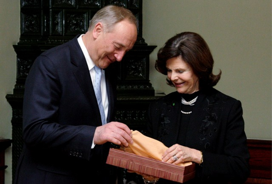 Copy of PRESIDENT OF LATVIA PRESENTED TO QUEEN SYLVIA A SHAWL WHICH IS MADE OF DELICATE AMBER THREAD